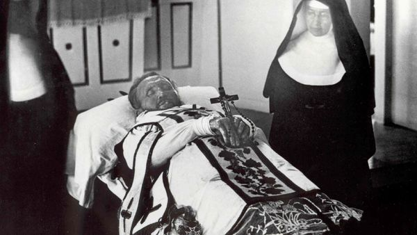1500 Father Damien On His Funeral Bier With Mother Marianne Cope By His Side